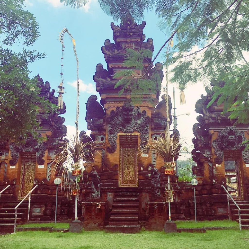 Top 12 things to do in Seminyak - Have a temple experience at Pura Petitengget